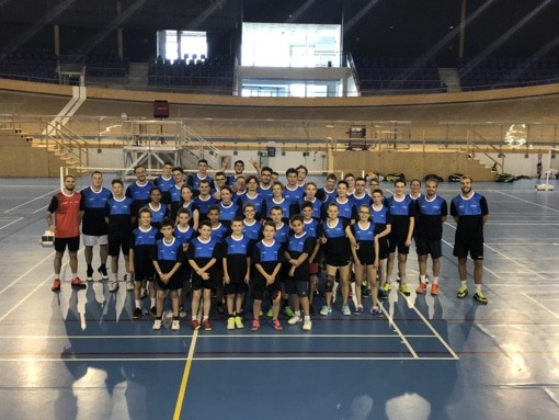 photo de groupe d'un stage de badminton jeunes et adultes