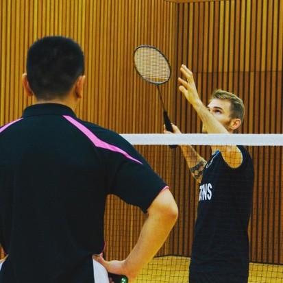 Laurent Constantin en séance individuelle expliquant la technique de frappe main haute en badminton